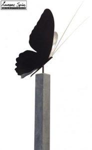 grote_bronzen_vlinder_op_sokkel